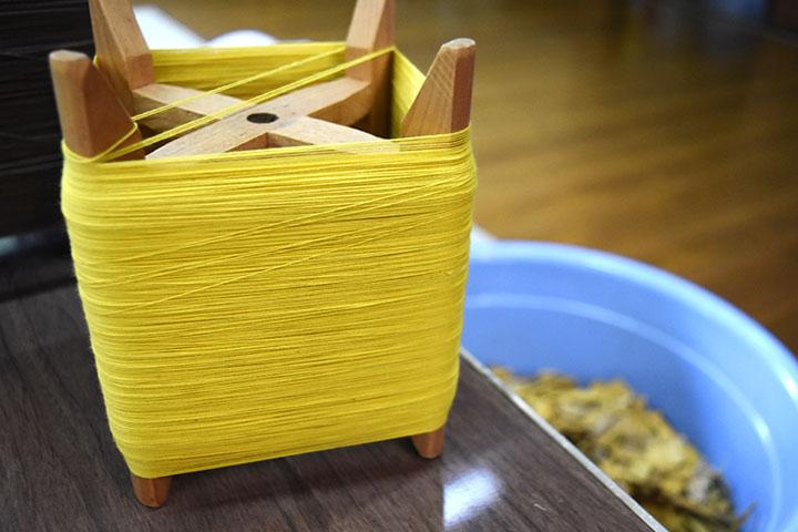 キハダで染めた糸と樹皮